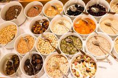 Viele Müslivarianten am Frühstücksbuffet