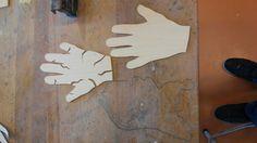 5. Allebei de handen uitgezaagt en in één hand inhammingen gemaakt. Deze hand staat symbool voor de hand van de vluchtelingen
