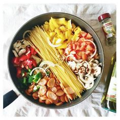 <p><a href='https://instagram.com/p/y1ZDUFod-D/?taken-by=growlinggirl' target='_blank'>Poivrons, champignons, tomates, ail et oignons.</a></p>