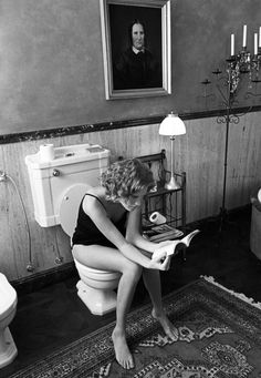 Ferdinando Scianna, Reading in the Bathroom, Milan, 1997