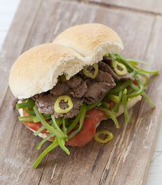 Chacarero, a Chilean sandwich made with beef, tomatoes, green beans and chili.. mmm mmm good :) (recipe in spanish) wooooaw!!!!