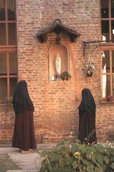 Preghiera davanti alla Madonnina del giardino