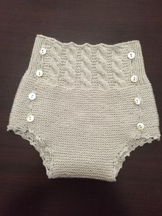Simple and super pretty diaper cover by Ana Caro Baby Girl Patterns, Baby Knitting Patterns, Knitting For Kids, Easy Knitting, Knitted Baby Clothes, Culottes, Baby Pants, Diy Dress, Baby Sweaters