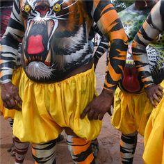 Удивили дядьки с разрисованными пузищами?Это Puli kkali(Puli = Леопард / Тигр и Kali = Игра на языке малаялам) танец тигра в праздничном шествии во время фестиваля Оним (праздник урожая) в Индии. Праздник проходит 10 дней и приходится на сентябрь.  А у нас вышел сентябрьский #котодайджест - наша подборка интересных материалов о котиках читать тут:http://ift.tt/2yVcTCb  #котики#индия #оним #главныйкотстраны