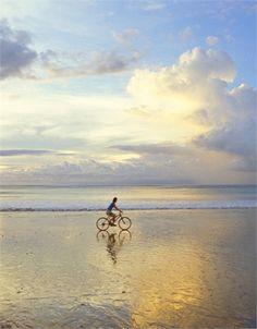 Jimbaran Bay, Bali Com'è: una lunga spiaggia su cui si affacciano resort di lusso e piccoli alberghi, ma soprattutto dove è possibile cenare sotto le stelle coi piedi immersi nella sabbia. Il pesce è sempre fresco appena pescato e portato dalle numerose barchette della zona. Sabbia: dorata fine Servizi: bar, ristoranti, noleggio attrezzatura surf Come si raggiunge: con qualsiasi mezzo di trasporto © Corbis