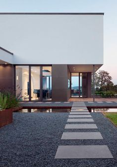 Exklusive Villa Mit Modernen Wasserbecken Aus Cortenstahl Und  Stimmungsvoller Gartenbeleuchtung