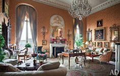 Mario Buatta Creates a Regal Residence on Manhattan's Upper East Side Society columnist, Aileen Mehle, opens the door to her New York City apartment—a former ballroom revamped by her friend and decorator New York City Apartment, Manhattan Apartment, Architectural Digest, Murs Roses, Mario Buatta, Deco Rose, Townhouse Designs, Second Empire, Upper East Side