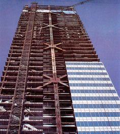 Un acercamiento a la construcción de la Torre Ejecutiva de Pemex, obra del arquitecto Pedro Moctezuma, cuya estructura ya dominaba el horizonte a inicios de los años ochenta. Por dos décadas fue el edificio más alto de la ciudad.