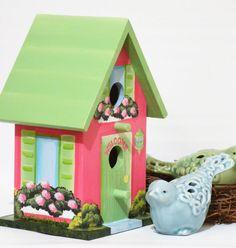 Descripción del artículo: Esta mano de peso ligero, birdhouse pintado es un único pintado en un estilo realista del hogar y del jardín para que coincida con su casa. Póngase en contacto conmigo con una descripción o fotos de la casa como pintaron. Animales domésticos y artículos personales pueden añadirse también. Se encuentra 8 1/2 de alto x 5 1/2 de ancho x 4 3/4 de profundidad. La casa puede ser pintada en otras combinaciones de colores sin costo adicional. Se encuentra ...