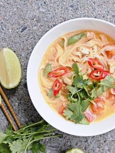 Thaimaalaisittain maustettu tofu-nuudelikeitto on herkullista pikaruokaa. Tofu Noodles, Vegan Foods, Noodle Soup, Thai Red Curry, Ramen, Pasta, Ethnic Recipes, Soups, Drinking