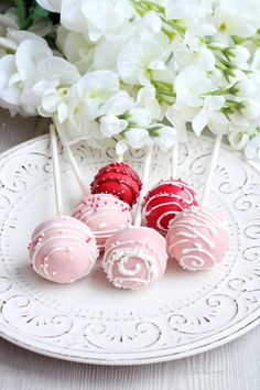 How to make cake pops for Valentine's day Valentines Cake Pops Recipe, Valentines Day Cakes, Cake Pop Bouquet, Pink Cake Pops, Oreo Buttercream, Drizzle Cake, Cake Pops How To Make, Cake Pop Sticks, Candy Melts