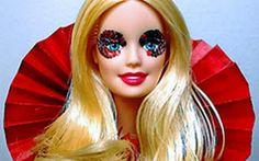 Lady Gaga virou boneca de luxo nessa versão! A cantora ganhou sua própria Barbie com figurino e make iguais aos da vida real. Quem aí quer?! o/  Celebridades que viraram bonecos! - Famosos - CAPRICHO