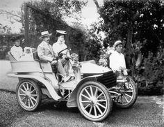 Harvey Foster, a passear com a família na Estrada Monumental, no 1º automóvel, um Wolseley, a circular na Madeira, em 1904.