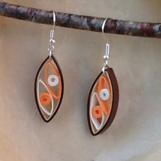 Ces boucles d'oreille sont réalisées en papier roulé et vernis, elles sont de couleur marron, beige et orange, et mesurent 3*1,5cm. Mes créations sont protégées par une couch - 16476838