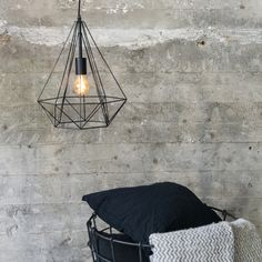 Lámpara colgante CARCASS negra #iluminacion #decoracion #interiorismo
