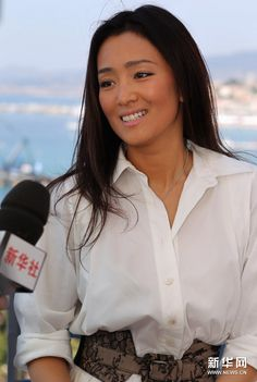 Brillant Gong Li ... Modish Dame... In June 1998, Gong Li became a recipient of France's Ordre des Arts et des Lettres.