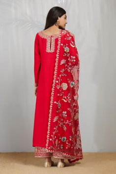 Embroidery On Kurtis, Embroidery Suits, Beaded Embroidery, Hand Embroidery, Embroidery Designs, Indian Suits, Indian Dresses, Indian Wear, Pakistani Fashion Casual