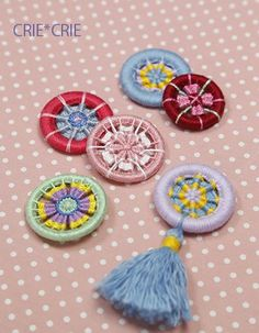 dorset buttons criecrie-1 Crochet Buttons, Diy Buttons, How To Make Buttons, Textile Jewelry, Fabric Jewelry, Button Art, Button Crafts, Diy Arts And Crafts, Crafts To Make