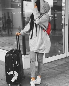 Estilo de viaje Hijabi - Just Trendy Girls - Modern Hijab Fashion, Street Hijab Fashion, Muslim Fashion, Hijab Fashion Summer, Turban Hijab, Hijab Dress, Womens Sports Fashion, Sport Fashion, 70s Fashion