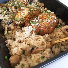 Nem og lækker opskrift på bagt ris, der kommes i et fad med kylling og champignon. Det hele bages i ovnen, så der er minimal opvask og hurtig aftensmad.