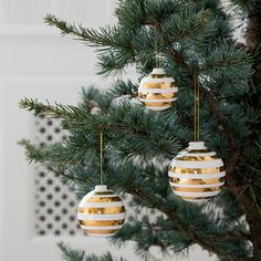 The exquisite Omaggio Christmas baubles  in gold come in a pack of three and perfectly match with the sparkling Christmas universe.