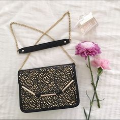 """LIST   Floral Pattern Clutch/Crossbody Brand new with tag. Stylish crossbody. Removable chain and can be turn to a clutch. L 9"""" x H 6.5"""" x bottom 2.5"""" & top 1"""". 2 side pockets & 1 zipper pocket.  • No trade, my closet is full • Bundle to save on shipping  • Feel free to ask me any questions • Reasonable offers through offer tab  Urban Expressions Bags Crossbody Bags"""
