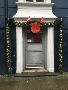 Æresport lavet med kunstig gran og guld roser. Christmas Wreaths, Holiday Decor, Party, Inspiration, Home Decor, Kunst, Biblical Inspiration, Decoration Home, Room Decor