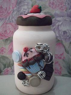 Pote de vidro (3 litros)pintado e decorado com guloseimas de biscuit, a tampa decorada cupcake com morango no topo da até aguá na boca, sua cozinha ainda mais bela com este lindo pote. Jar Crafts, Bottle Crafts, Diy And Crafts, Clay Jar, Clay Mugs, Polymer Clay Projects, Diy Clay, Pista Shell Crafts, Decoupage Jars
