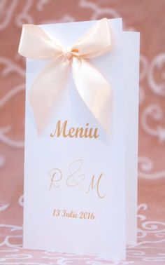 Meniu de nunta alb cu funda satinata de culoare somon Silky Salmon. Place Cards, Place Card Holders, Tableware, Dinnerware, Tablewares, Dishes, Place Settings