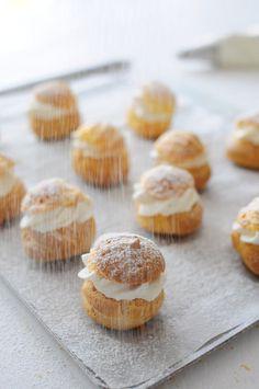 Parce que ce n'est vraiment pas si compliqué et que ça peut faire un petit dessert vite trouvé ! On aime beaucoup la pâte à choux ici alors lorsqu'ils sont juste fourrés d'une Chantilly c'est vraiment vite fait. Dans le livre &Éclairs& de chez Marabout...