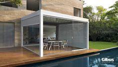 Pergola bioclimatica modulare in alluminio estruso verniciato a polveri, disponibile nella versione isola o addossata.La struttura integra completamente le chiusure avvolgibili Zip all'interno dei pro