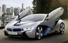 Mit seinem innovativen PlugIn-Hybrid-Konzept kombiniert der BMW i8 Concept den modifizierten Elektroantrieb aus dem BMW i3 Concept an der Vorderachse mit einem 164 kW (224 PS) und 300 Nm starken Dreizylinder-Hochleistungs-verbrennungsmotor an der Hinterachse. Im Zusammenspiel ermöglichen sie es den beiden Antriebssystemen, ihre jeweiligen Talente voll auszuspielen und so die Leistung eines Sportwagens zu erbringen, allerdings mit dem Verbrauch eines Kleinwagens.