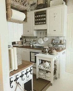 Paper towels in a basket-holder, spice jar organized above the stove Cottage Living, Home And Living, Kitchen Interior, Kitchen Decor, Kitchen Ideas, Cozinha Shabby Chic, Estilo Country, Küchen Design, Country Kitchen