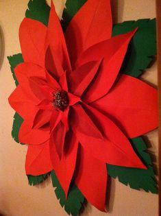 Este es un flor de Pascua de flor gigante de papel magnífico! Se hace de pesado tarjeta stock de papel y pegamento fuerte para una duradera belleza. El centro es elaborado a partir de abalorios de Navidad y es bastante llamativo. Viene liso o puede ser espolvoreado con una capa de brillo de oro o plata. La capa de brillo le da un aspecto de brillo de cuero. Cuelgue encima de la chimenea, en una puerta o una pared para hacer la temporada brillante. Dar como un regalo que él o ella se adora…