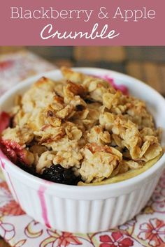 Blackberry and Apple Crumble - delicious summer dessert! Juicy blackberries and apples with a crunchy topping of oats, coconut, and almonds! Apple Desserts, Summer Desserts, Fun Desserts, Delicious Desserts, Summer Recipes, Summer Fruit, Best Dessert Recipes, Fruit Recipes, Apple Recipes