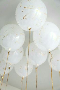 White balloons splattered with gold paint and gold ribbons. Marble Balloons, Big Balloons, White Balloons, Confetti Balloons, Paint Balloons, Wedding Balloons, String Balloons, Butterfly Balloons, Balloon Balloon