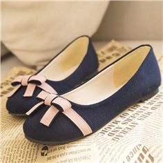 You need to choose wedding shoes that are the perfect match to your gown. Check out these tips to buy the perfect wedding shoes for your big day. Fancy Shoes, Bow Shoes, Bow Flats, Pretty Shoes, Cute Shoes, Best Nursing Shoes, Indian Shoes, Stiletto Shoes, Bare Foot Sandals