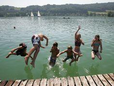 Die Sommerferien nahen mit großen Schritten, die Temperaturen werden in den nächsten Tagen wieder sommerlich. Die Freibäder dürften damit aus allen Nähten platzen. Wir liefern euch einen Überblick über die Bade-Locations an den zahlreichen Seen und Flüssen im Bundesland.
