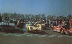 1968 - Largada das 500 Milhas da Guanabara com o Fitti-Porsche, o Mark II e Alfa Romeo GTA na primeira fila e na segunda o Mark I ao lado do BMW vermelho, vencedor da prova.