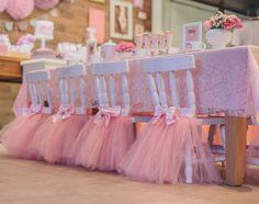 Stühle mit Ballettröckchen für Ballerina Geburtstagsparty dekorieren