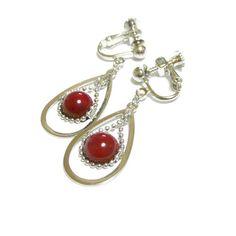 その石言葉は、「長寿/健康/幸運」鮮やかなお色に染められた赤珊瑚のイヤリングは如何?美しい石が貴女とずっと一緒にいられますようにと、小さなティアドロップフレー...|ハンドメイド、手作り、手仕事品の通販・販売・購入ならCreema。