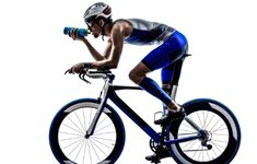 """Finding the right nutrition strategy for you during a triathlon is like a science experiment - it takes trial + error. Here are some on """"what"""" and """"when"""" you should nutrition during a triathlon: Triathlon Training Program, Men's Triathlon, Triathlon Women, Xterra Triathlon, Ironman Triathlon Motivation, Half Ironman, Iron Man Training, Sports Training, Triathalon"""