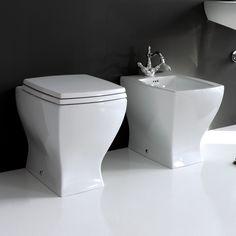En el cuarto de baño hay el váter y el bidé de color blanco de cerámica