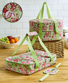 Food Carrier Bag Green Paisley 3 Piece Slow Cooker Casserole Portable Tote NewGet the fantastic Carrier Sets(Green Paisley) here at Bake Me A Cake. Mollie Makes, Sewing Crafts, Sewing Projects, Diy Crafts, Sewing Hacks, Pie Carrier, Slow Cooker Casserole, Casserole Carrier, Ltd Commodities