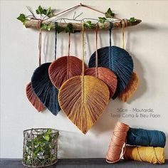 Macramé Feathers Suspension - New ideas Macrame Design, Macrame Art, Macrame Projects, Macrame Knots, Micro Macrame, Macrame Wall Hanging Patterns, Macrame Patterns, Art Macramé, Diy Home Crafts