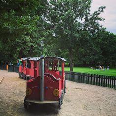 #leikkipuistoturisti Tukholmassa #humlegården | . Osoite: Karlavägen 32 Tukholma (Östermalm) . Aidatulla leikkipuistoalueella monipuolisesti erilaisia leikkivälineitä pienille ja isommille. . Suosikki: Junaleikki . #leikkipuistot #playground #leikkipuisto #lastenkanssa #leikit  #hiekkalaatikolla #puistossa #park #södermalm #stockholm