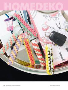 Schlüsselanhänger Textilgarn Hoooked Zpagetti-Reste Makramee-Technik http://www.bpa-sportpresse.de/fantastische-haekel-und-strick-ideen-hooked-heft-05-2013.html