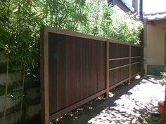 Nous offrons un bois brûlé Yakisugi de qualité selon la méthode japonaise du Shou-Sugi-Ban.  Idéal pour le revêtement extérieur, les clôtures ou la décoration.