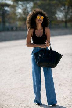Comment porter des lunettes de soleil oversize ? Avec un jean pat d'eph' et un débardeur noir