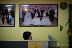 韓国・ソウル(Seoul)北郊の議政府(Uijeongbu)市にある結婚仲介業者のオフィスで、壁に飾られた国際結婚カップルの写真(2014年2月26日撮影)。(c)AFP/Ed Jones ▼11Apr2014AFP|韓国、結婚移民ビザ規定を厳格化 「外国人花嫁」トラブル増で http://www.afpbb.com/articles/-/3012283 #Korea #Uijeongbu